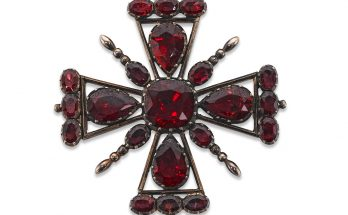 A Georgian garnet brooch/pendant Of Maltese cross design