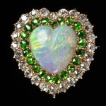 Brooch in the form of a heart in gold with opal